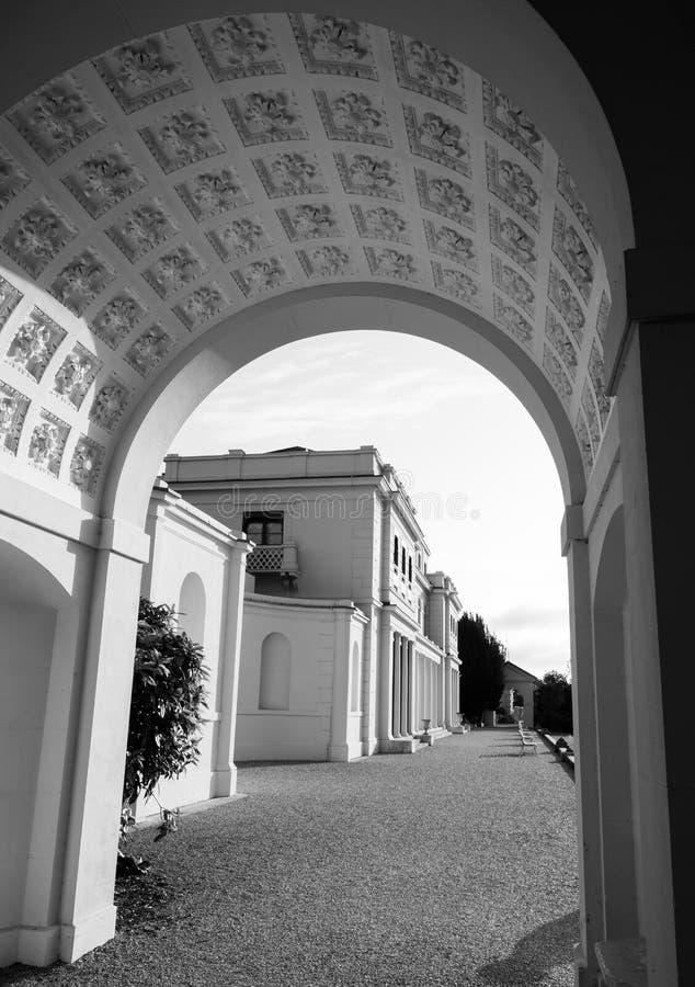 Den utsmyckade bågen på nyligen renoverade Gunnersbury parkerar och museet på det Gunnersbury godset, västra London UK royaltyfri foto