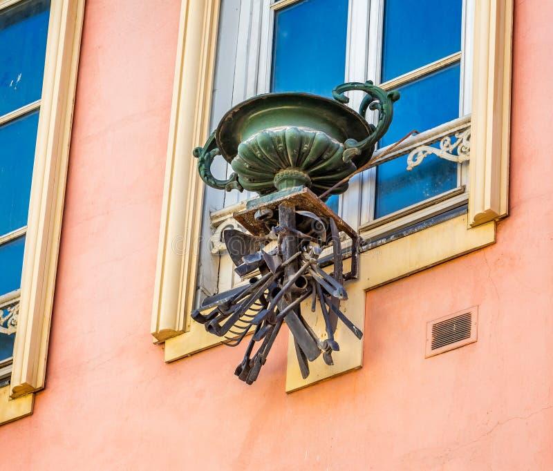 Den utsmyckade metallblomkrukan med val av metallworkmans bearbetar att hänga under royaltyfri bild