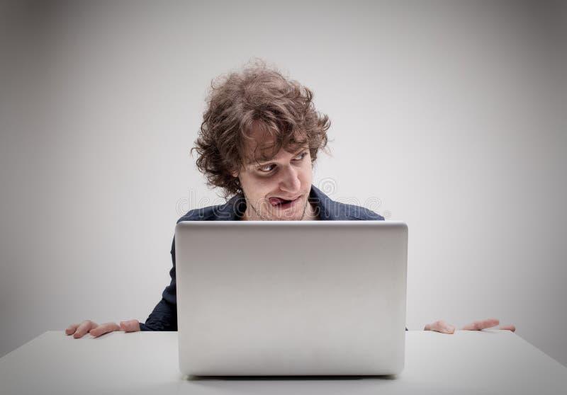 Den väckte mannen med tungan klibbade hållande ögonen på ut pornografi arkivfoto