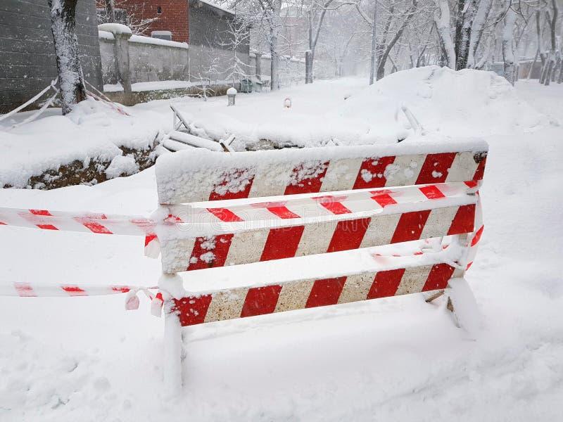 Den vägreparationen och varningen fäktade i snö arkivfoton