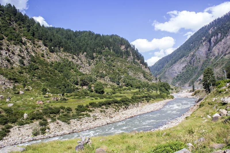 Den väldiga floden som är kunhar i Kaghan Valley arkivbilder