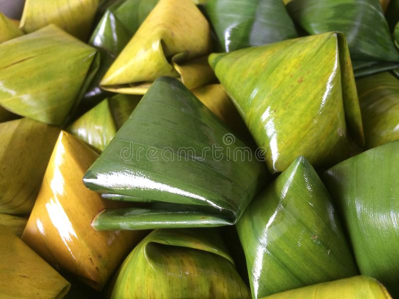 Den välfyllda degpyramidefterrätten kallade Ka Nhom Tian Thai Dessert royaltyfri fotografi