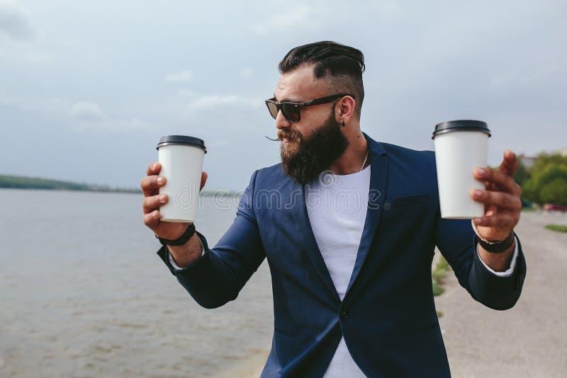 Den välklädda mannen bär kaffe royaltyfri bild