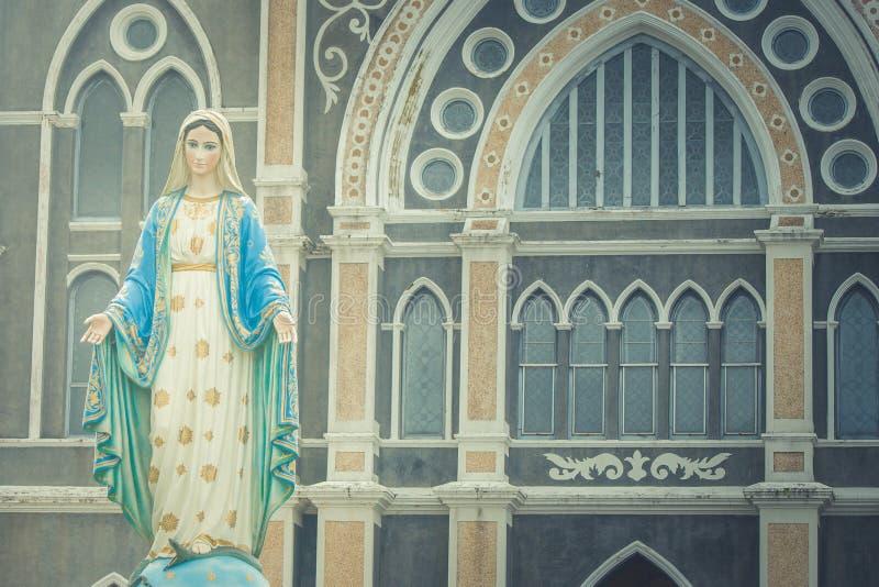 Den välsignade jungfruliga Mary statyn som framme står av Roman Catholic Diocese royaltyfri bild