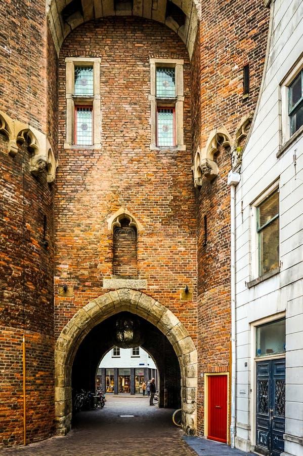 Den välva sig öppningen av den gamla stadsporten kallade Sassenpoorten i den historiska hanseatic staden av Zwolle arkivfoto