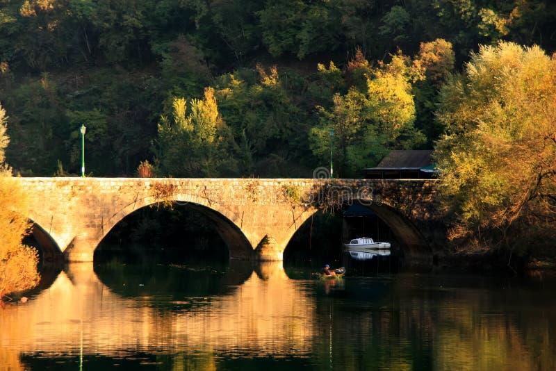 Den välvda bron reflekterade i den Crnojevica floden, Montenegro arkivbild