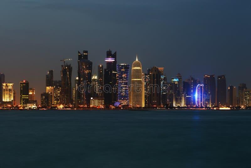 Den västra fjärdDoha horisonten på skymning royaltyfria foton