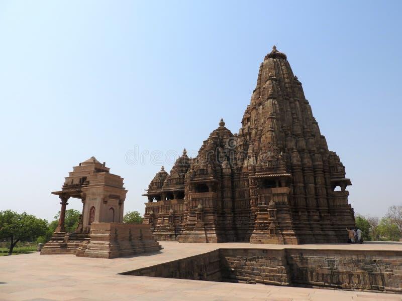Den v?stra gruppen av Khajuraho tempel, p? en klar dag, Madhya Pradesh Indien ?r en UNESCOv?rldsarv som ?r bekant f?r arkivfoto