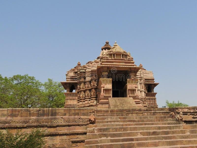 Den v?stra gruppen av Khajuraho tempel, p? en klar dag, Madhya Pradesh Indien ?r en UNESCOv?rldsarv som ?r bekant f?r arkivbild