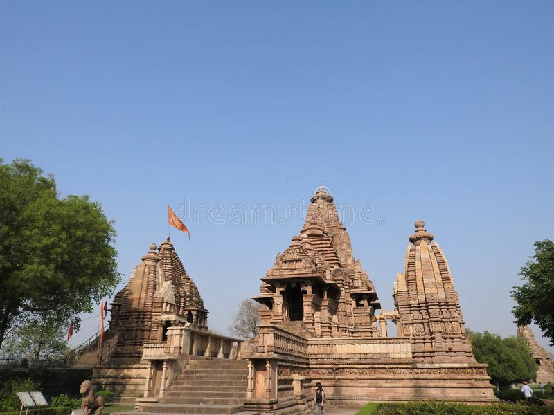 Den v?stra gruppen av Khajuraho tempel, p? en klar dag, Madhya Pradesh Indien ?r en UNESCOv?rldsarv som ?r bekant f?r Kama Sutra arkivfoto