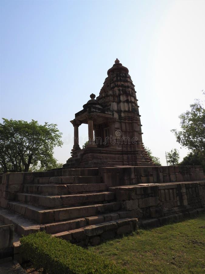 Den v?stra gruppen av Khajuraho tempel, p? en klar dag, Madhya Pradesh Indien ?r en UNESCOv?rldsarv som ?r bekant f?r Kama Sutra arkivbild