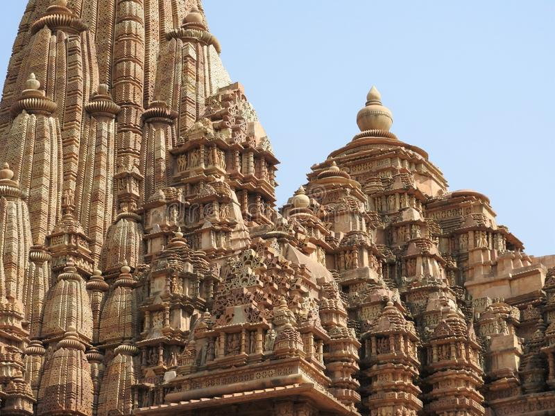 Den v?stra gruppen av tempel, Khajuraho, p? en klar dag, Madhya Pradesh, Indien, UNESCOv?rldsarv royaltyfri foto