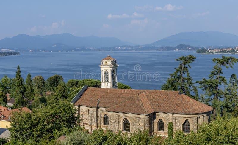 Den vackra kyrkan Santa Margherita i Meina, bortsett från Maggiore, Novara, Italien arkivfoton