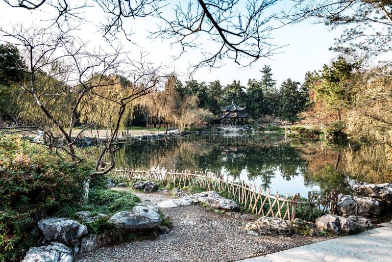 Den vackra landskapsmiljön i Xihu West Lake och Pavilion på hösten i Hangzhou CHINA arkivfoto