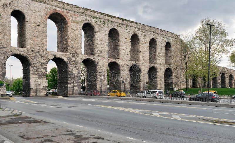 Den Valens akvedukten, romersk akvedukt, var det viktiga vattnet som ger systemet av den östliga romerska huvudstaden av Constant arkivfoto