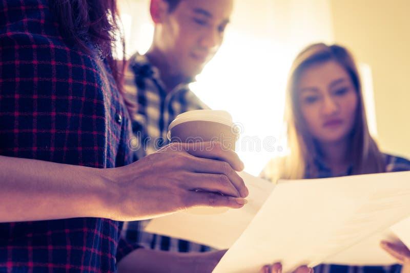 Den varma kaffekoppen i affär startar möte upp royaltyfria bilder