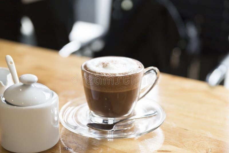 den varma kakaochokladdrinken med socker och sirap rånar arkivbild