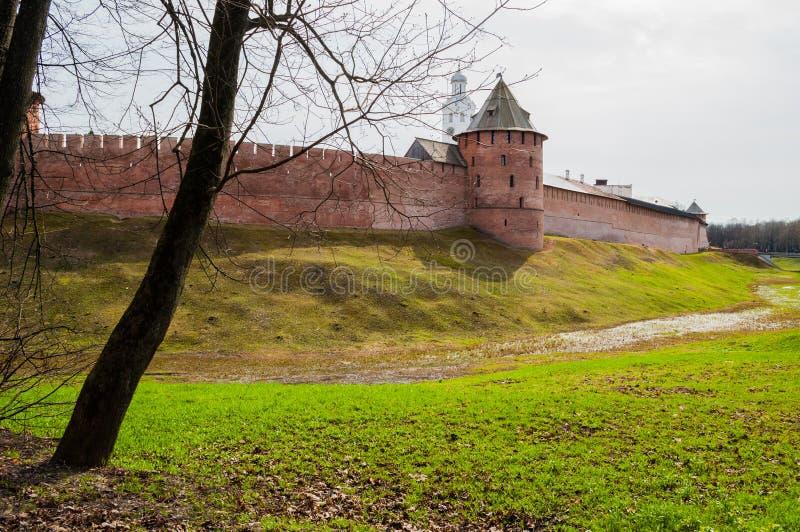 Den Veliky Novgorod kremlin fästningen och klockatornet i Veliky Novgorod Ryssland - fjädra sikten arkivbild