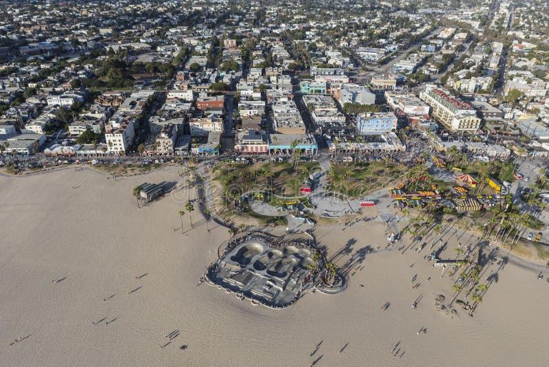 Den Venedig Kalifornien stranden och skridskon parkerar antennen arkivfoton