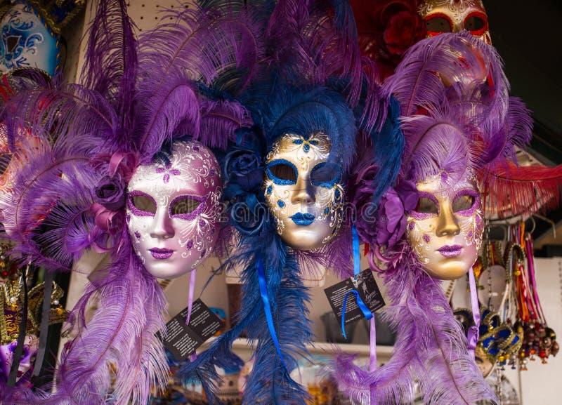 Den Venedig karnevalet maskerar tätt upp, Venedig maskeringar som är till salu på marknaden, Venedig Venezia Italien fotografering för bildbyråer