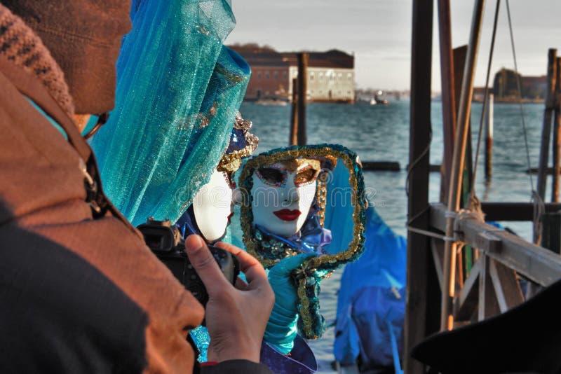 Den Venedig karnevalet, stående av en maskering, under den Venetian karnevalet i den hela staden där är underbara maskeringar arkivbild