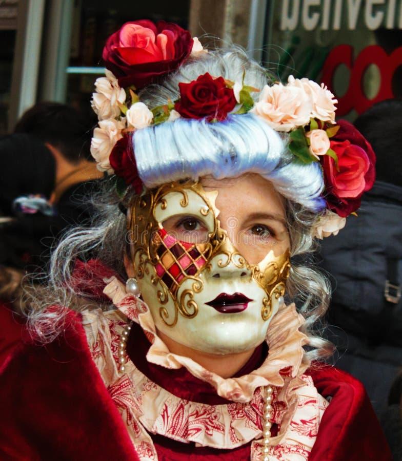 Den Venedig karnevalet, stående av en maskering, under den Venetian karnevalet i den hela staden där är underbara maskeringar royaltyfri fotografi