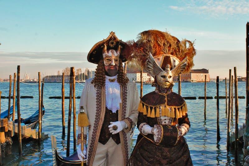 Den Venedig karnevalet, stående av en maskering, under den Venetian karnevalet i den hela staden där är underbara maskeringar royaltyfri foto