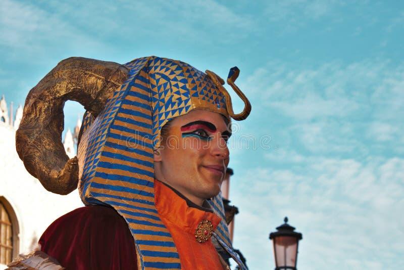 Den Venedig karnevalet, stående av en maskering, under den Venetian karnevalet i den hela staden där är underbara maskeringar arkivbilder