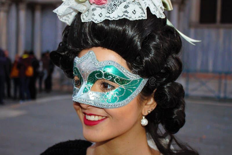 Den Venedig karnevalet, stående av en maskering, under den Venetian karnevalet i den hela staden där är underbara maskeringar royaltyfria bilder
