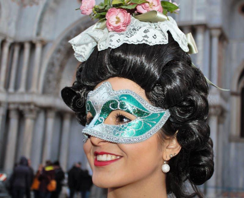 Den Venedig karnevalet, stående av en maskering, under den Venetian karnevalet i den hela staden där är underbara maskeringar arkivfoton