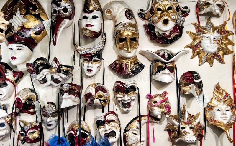 Den Venedig maskeringens karneval shoppar royaltyfria foton