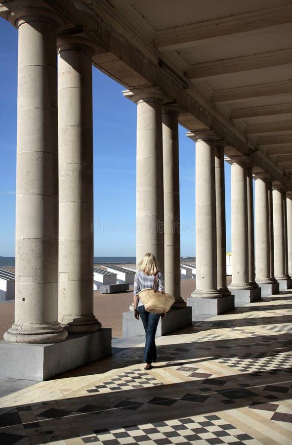 Den Venetian ochkungliga Galeriesen som omfamnar det Thermae slotthotellet, Ostende, västra Flanders, Belgien. arkivfoton