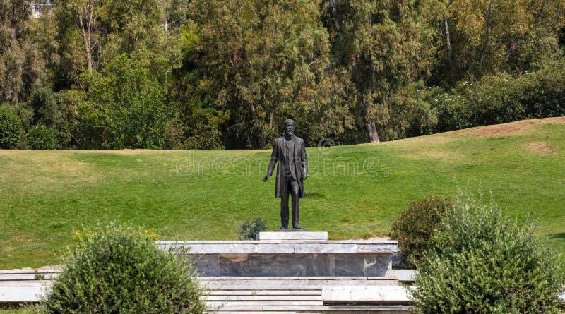 Den Venizelos Eleftherios statyn på frihet parkerar i Aten, Grekland mot bakgrund field blåa oklarheter för grön vitt wispy natur fotografering för bildbyråer