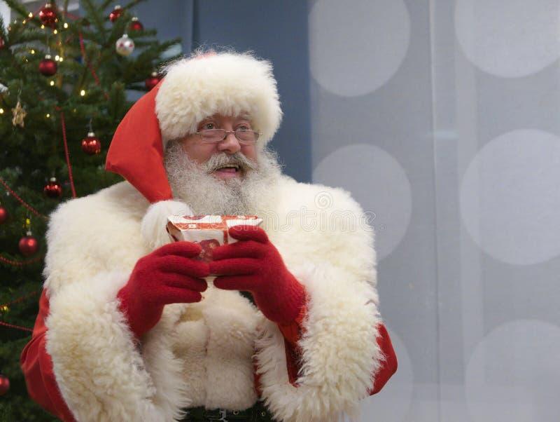 Den verkliga Santa Claus Smiling och innehavet per gåva arkivbilder