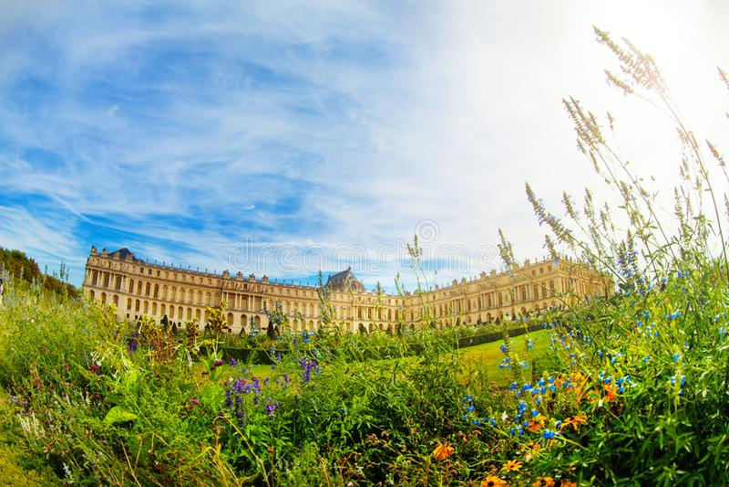 Den Versailles slotten med blomning parkerar i Frankrike arkivbilder