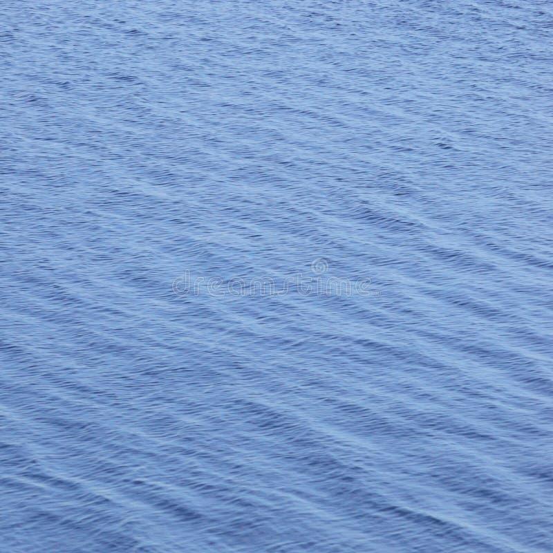 Den vertikala modellen för bakgrund för havvattenvågor, abstrakt begreppblått stillar ljus krusningstextur för bokeh, scenisk vib royaltyfria bilder
