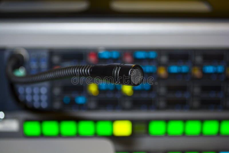 Den videopd strömbrytaren av television som sändas med oskarp bakgrund, lurar royaltyfria foton