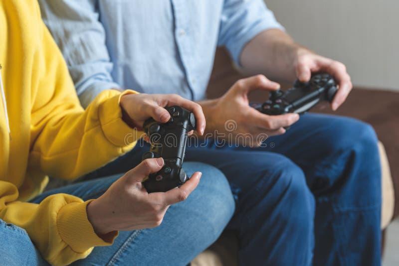 An den Videospielen zu Hause Zweipersonenspielen lizenzfreies stockfoto
