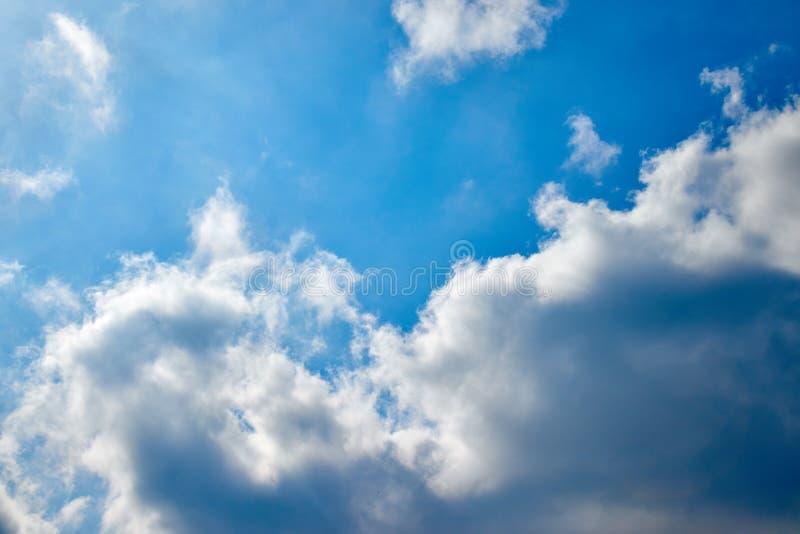 Den vidsträckta blå himmel- och molnhimmelnaturen royaltyfri fotografi