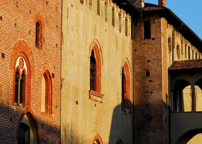 Den Vigevano slotten tände vid solen i landskapet av Pavia i Lombardy (Italien) fotografering för bildbyråer