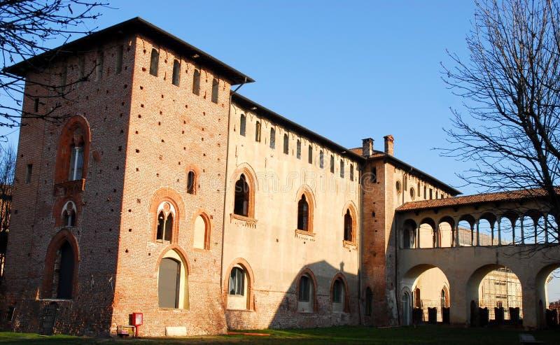 Den Vigevano slotten tände vid solen och med bakgrunden av blå himmel i landskapet av Pavia i Lombardy (Italien) arkivbild