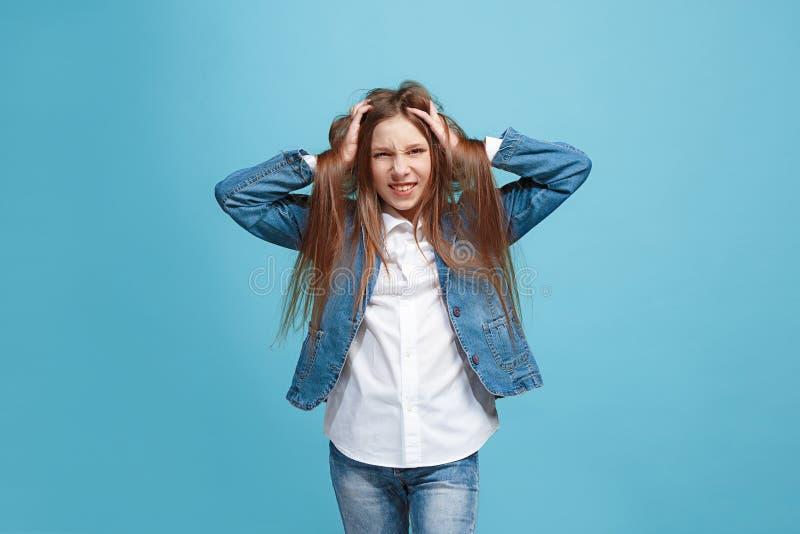 Den vindögdhet synade tonåriga flickan med kusligt uttryck som isoleras på blått arkivfoton