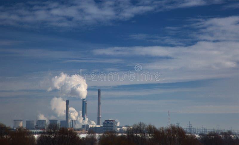 Den vita ångan stiger till den blåa himlen royaltyfri fotografi