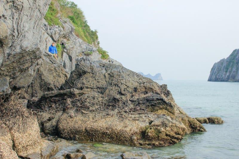 Den vita blonda manliga turisten i ett bl?tt omslag p? vaggar i Vietnam arkivbilder