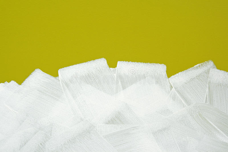 Den vita borsten strokes textur på den gula väggen royaltyfria foton