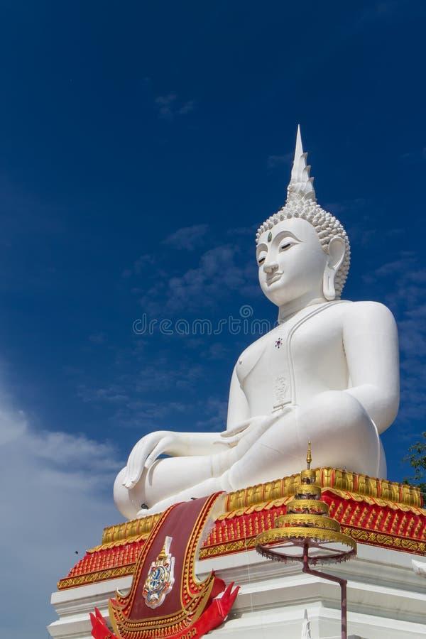Den vita buddha statyn med himmelbakgrund royaltyfri foto