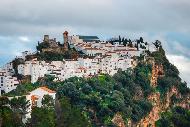 Den vita bypuebloen blanco Casares, Andalusia, Spanien royaltyfri foto