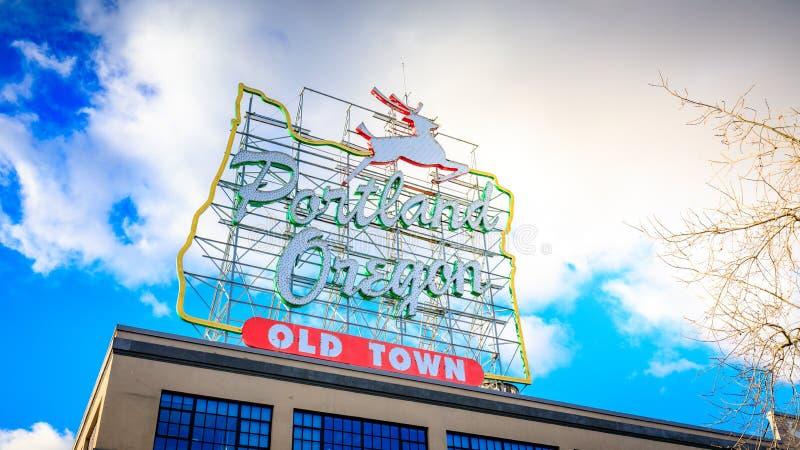 Den vita fullvuxna hankronhjorten undertecknar in den gamla staden Portland Oregon arkivfoto