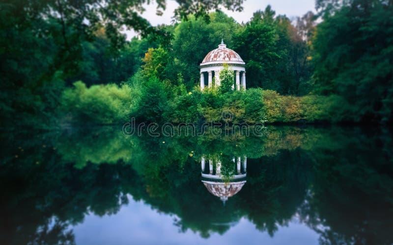 Den vita Gazeborotundan vid dammet i parkerar royaltyfri fotografi