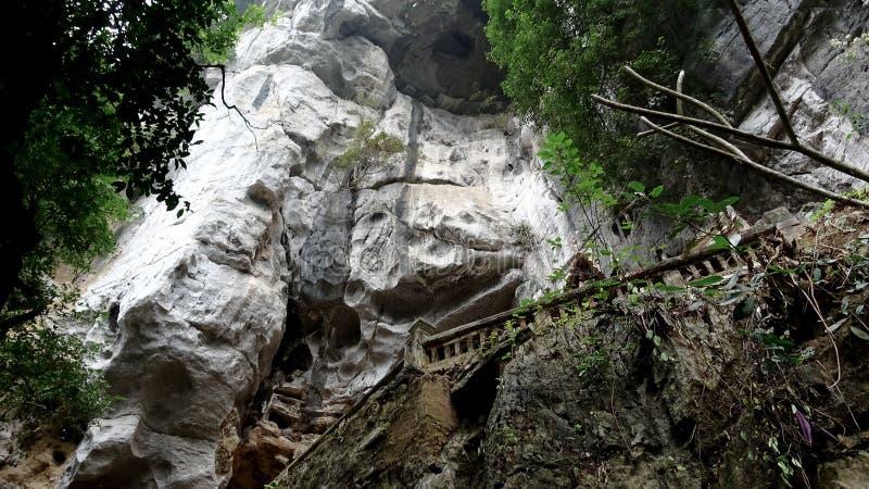 Den vita klippan leder vägen till grottan fotografering för bildbyråer